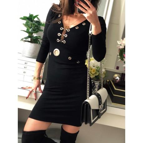 Czarna sukienka z bogatymi zdobieniami elegancka