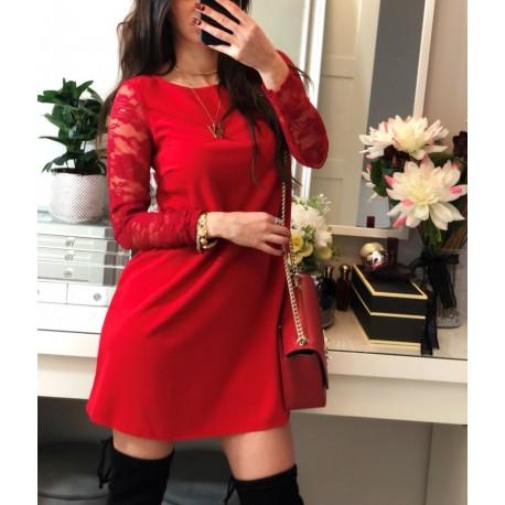 Elegancka czerwona sukienka oversize z koronkowymi rękawami
