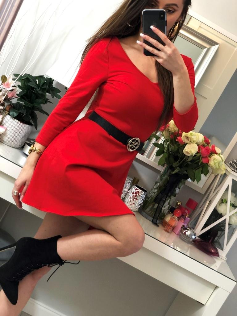 czerwona sukienka rozkloszowana z rekawem