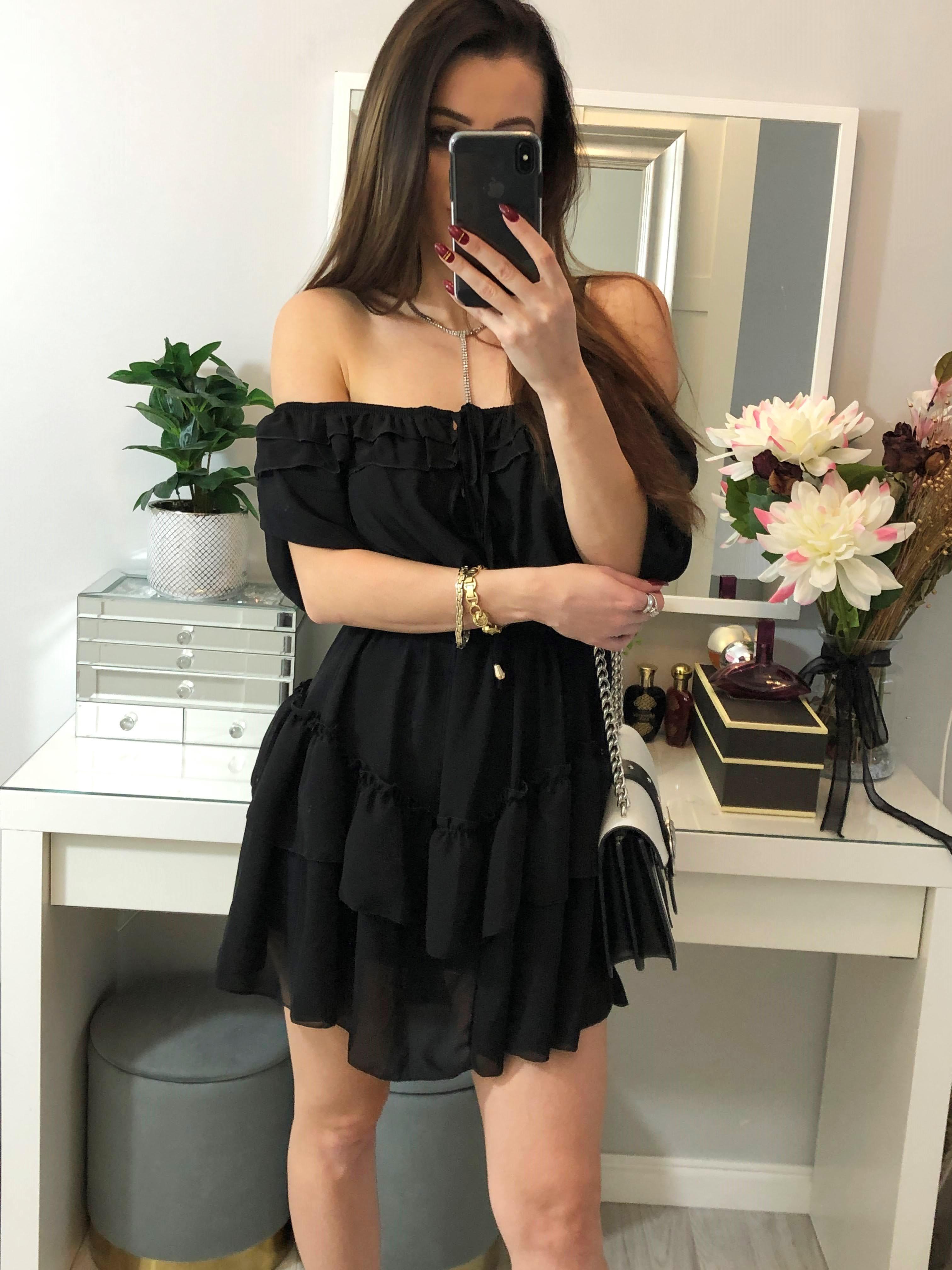 elegancka czarna sukienka z falbankami z odkrytymi rękawami