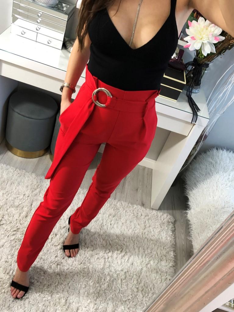 czerwone eleganckie spodnie materiałowe z wysokim stanem, paskiem