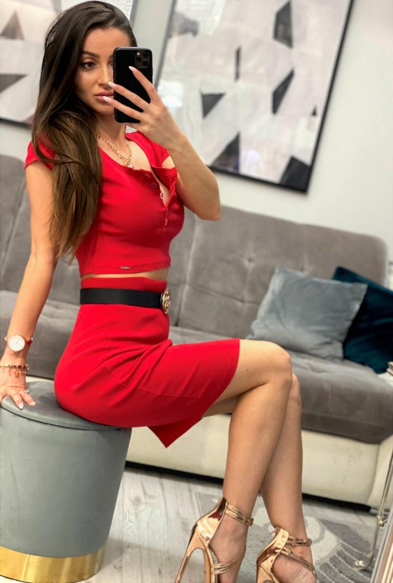 czerwony komplet damski top i spódnica